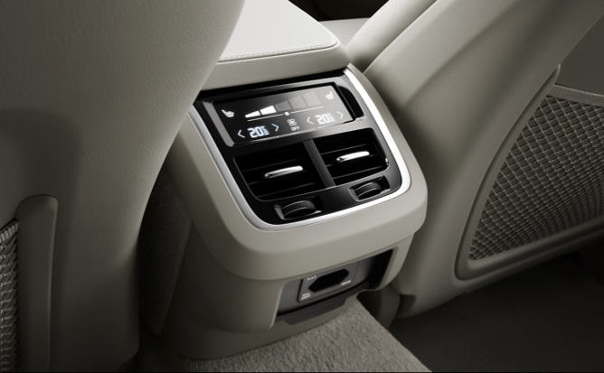 Image of the back seating area of the V90 with climate controls